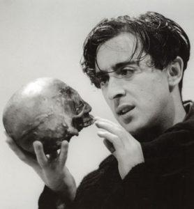 alan-cumming-hamlet-skull